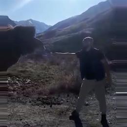 Несмелый мужчина из Осетии покормил верблюда сеном и пережил жуткий страх