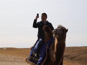 Глава Бурятии прокатился в Калмыкии на лошади и верблюде